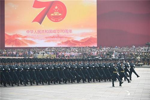 """22秒 """"孔雀蓝""""文职人员方队首次亮相阅兵 领队王华岩来自山东济南"""