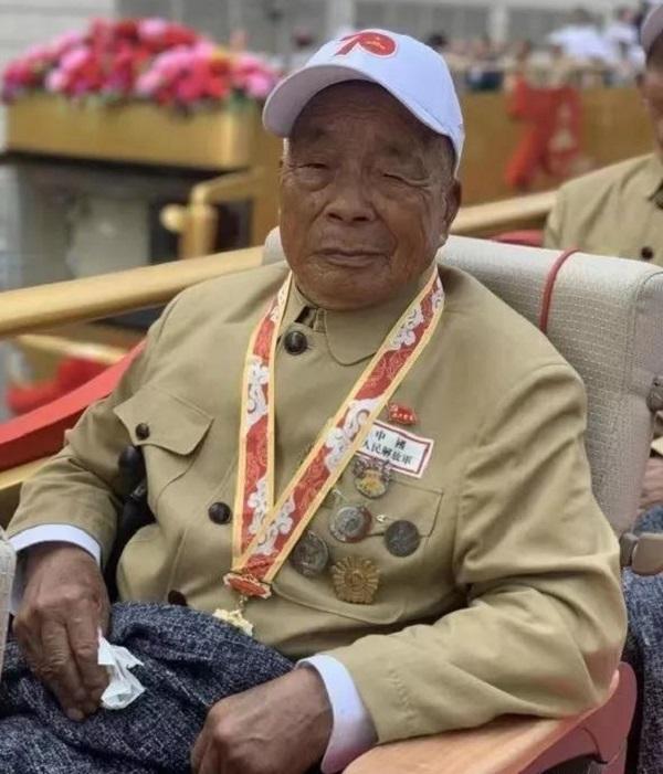 """70周年庆典""""致敬""""方阵中有一位92岁的沂蒙老兵!"""