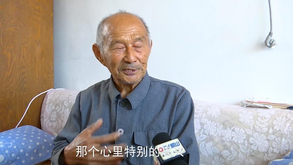 59秒|青岛93岁老石匠观看阅兵 曾参与人民英雄纪念碑制作