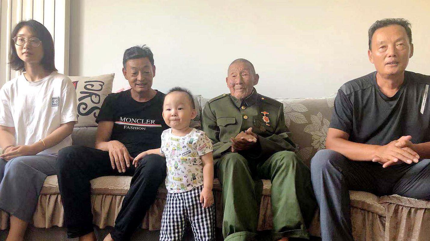 我爱你中国!临沂92岁老兵四世同堂看阅兵