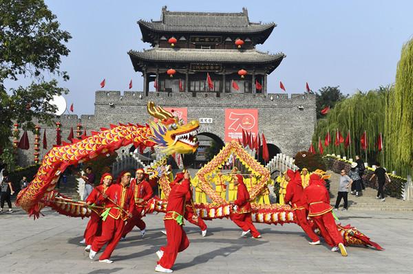 台儿庄古城:威风锣鼓喧天 喜迎新中国成立70周年