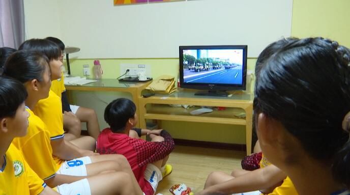 25秒丨郯城一中女足姑娘集体看阅兵:努力训练 为国争光!