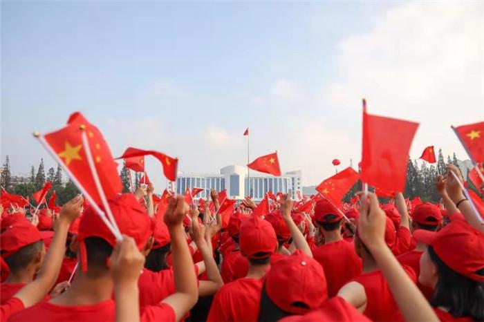 78秒丨岚山区万人升旗贺国庆 用激情和感动表白新中国