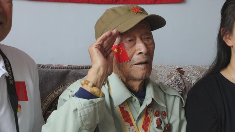 无棣:98岁老兵家中看阅兵直播 敬军礼祝福祖国