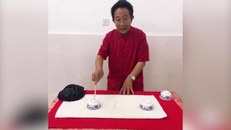 """VLOG 现场解秘!看60年功力""""古彩戏法""""大师近距离表演"""