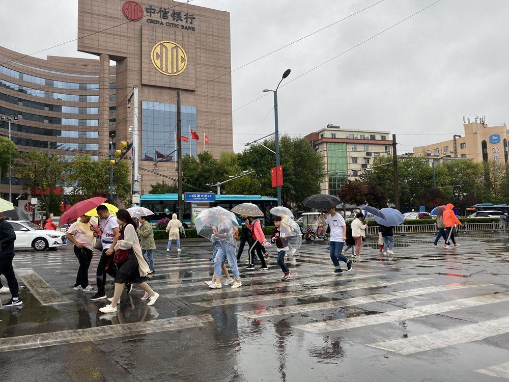 组图丨大风降雨突袭济南,在外游玩的你需要裹紧外套