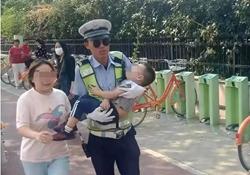 24秒|假期里感人一幕!3岁娃昏迷不醒,民警抱起孩子跑向医院