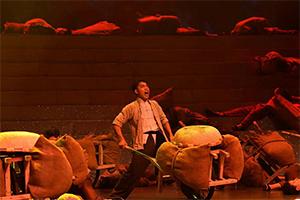 """【""""五星红旗迎风飘扬""""文艺演出】舞蹈《历史车轮不可阻挡》诠释沂蒙精神"""