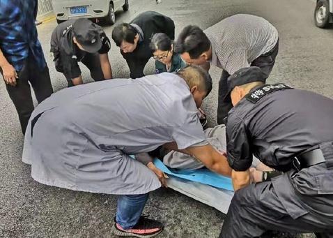 国庆我在岗丨巡逻时遇交通事故 滨州博兴民警紧急救助