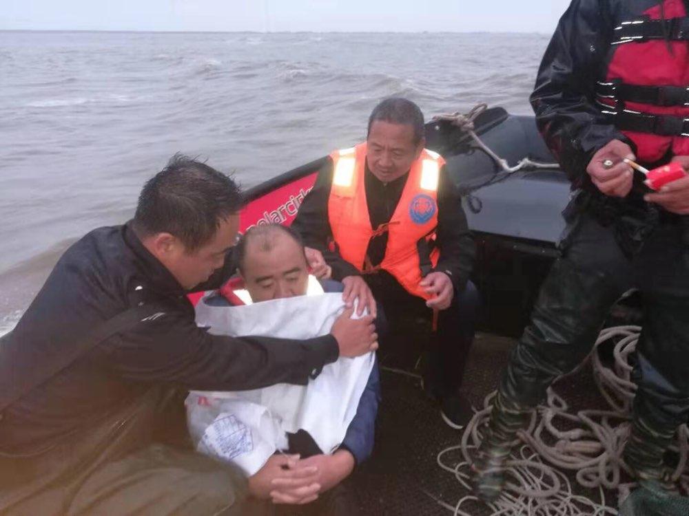 风暴潮来袭 潍坊边防民警6小时成功救助2名被困礁石群众