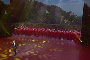 """【""""五星红旗迎风飘扬""""文艺演出】硬核!刘和刚演唱《我们是黄河泰山》"""