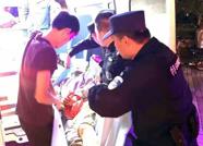 滨州一女子雨天滑倒膝盖错位 特巡警雨中救助