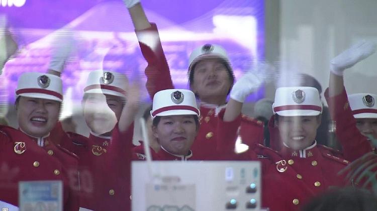 青岛9位国庆受阅女民兵凯旋归来:213天踢正步三千公里,一公里没少