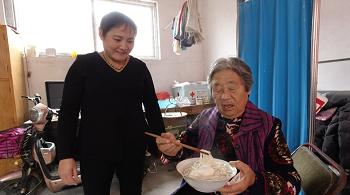 101秒丨一碗长寿面情暖重阳节 邹城唐村镇为老人送去浓浓祝福