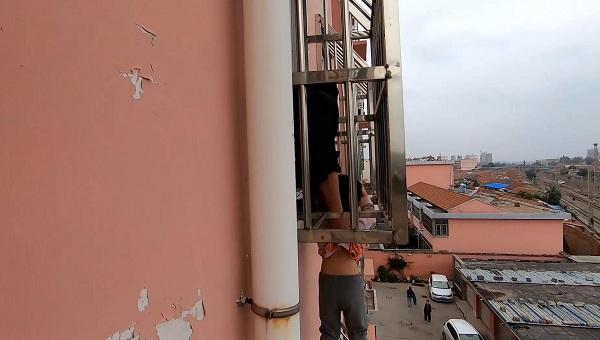 危急!临沂一4岁男童头卡防盗护栏悬空挂在阳台 消防紧急救援