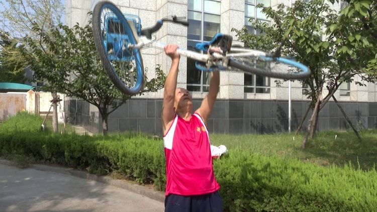 26秒丨淄博77岁老人每天竞走10公里 能连续推举151次单车