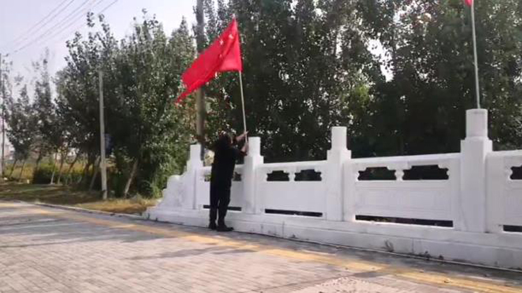 27秒丨点赞!滨州街头一处国旗松动,他撸起袖子赶紧上前...