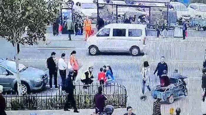 36秒|淄博:5岁娃庙会走散 交警帮其找家长