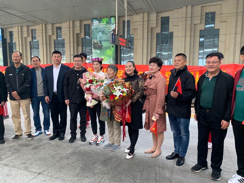 中国女排队员王梦洁、杨涵玉回家:向着下一个冠军继续努力