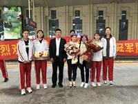最美姑娘归来!中国女排的山东队员王梦洁和杨涵玉返济