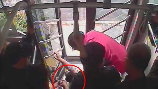 42秒丨一上午俩乘客晕倒在公交车 司机乘客热心救助