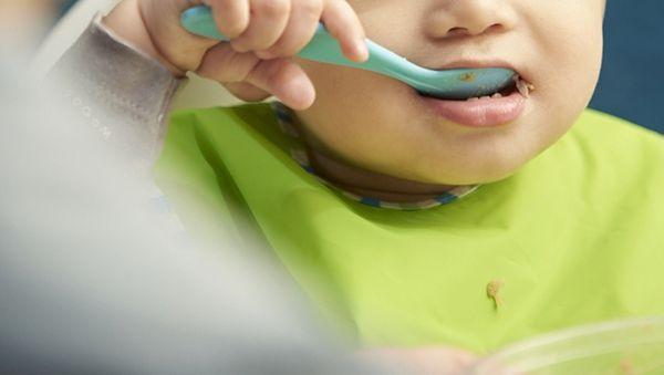 闪电头评丨让吃饭慢的孩子去厕所是对职责的怠慢