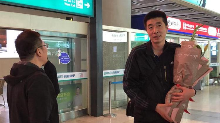 26秒丨中国女排助理教练安家杰载誉返济:感觉回家亲切!