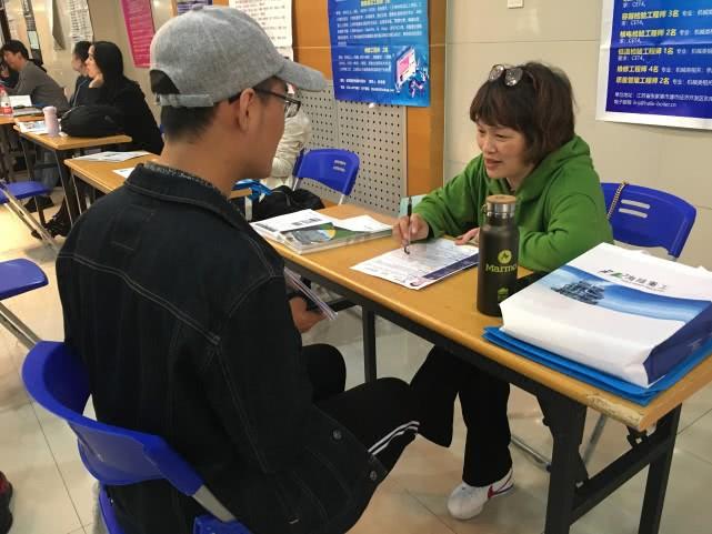 青岛市南区举行专场招聘会 70余家企业走进中国海洋大学