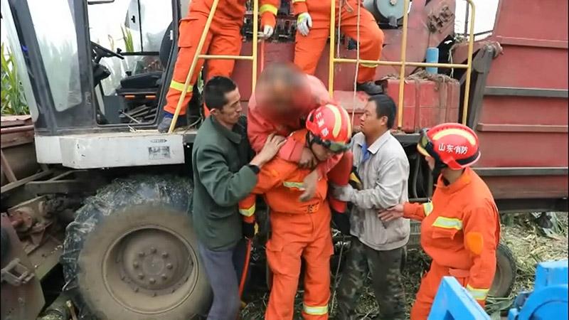 39秒丨惊险!滨州惠民一村民左脚被收割机卡住 所幸并无大碍