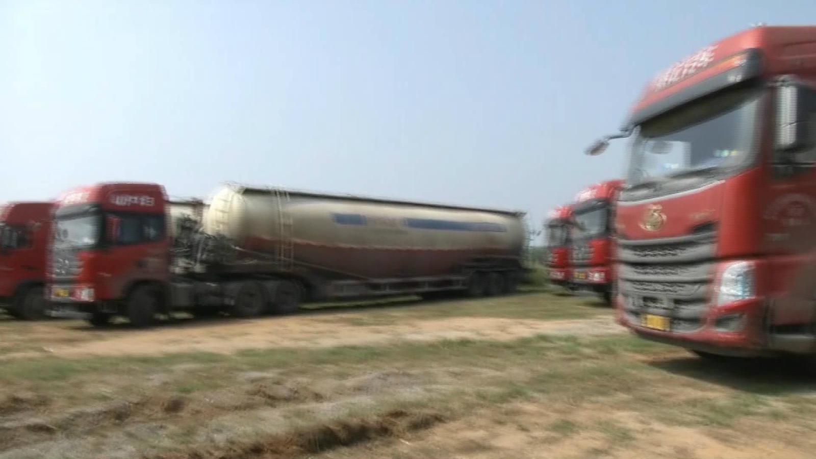 48秒丨心存侥幸!16辆大货车结伴超载被烟台民警一举查获