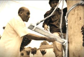 83秒|电影《我和我的祖国》黄渤穿的爬杆神器是淄博造