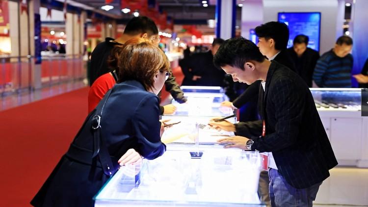 """41秒丨12个国家和地区参展 一场盛大的""""珠宝盛宴""""在潍坊昌乐启幕"""