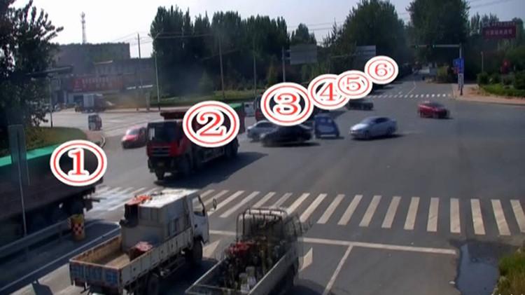 41秒丨超载货车排长队钻空 齐河交警查获42辆超载大货车