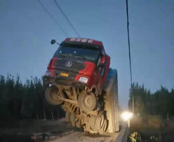 滨州:李茂村附近新立河桥被载重卡车压塌 现场已封路