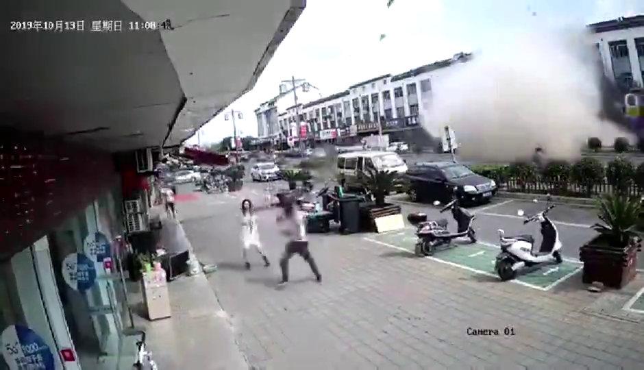 41秒|突发!江苏无锡一小吃店内燃气爆炸 已有8名伤员送医院