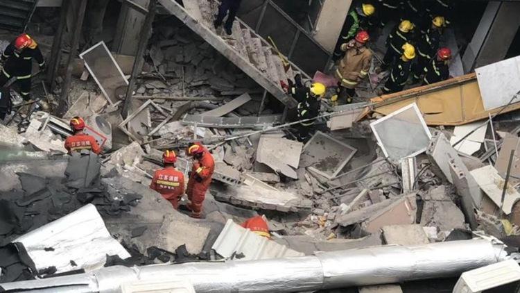24秒丨南京秦淮区一美食广场发生坍塌 3人轻伤2人仍在救援中