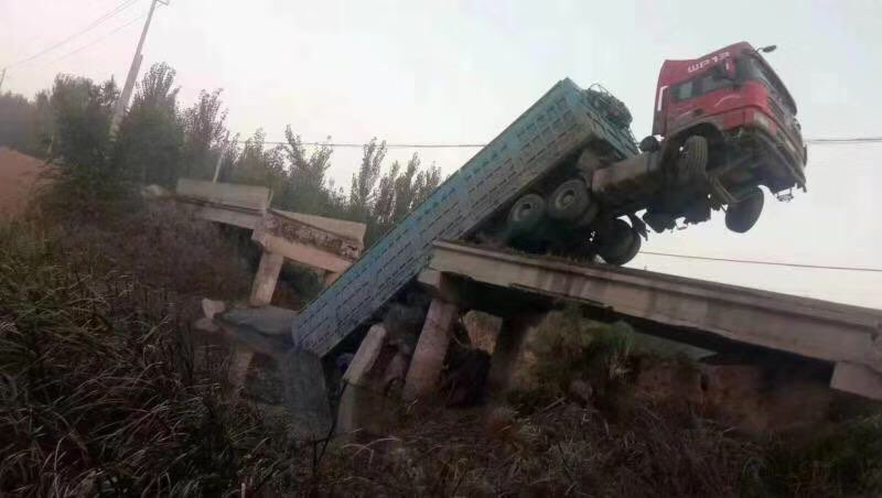 最新进展!滨州压断桥梁的货车已于当晚被吊出