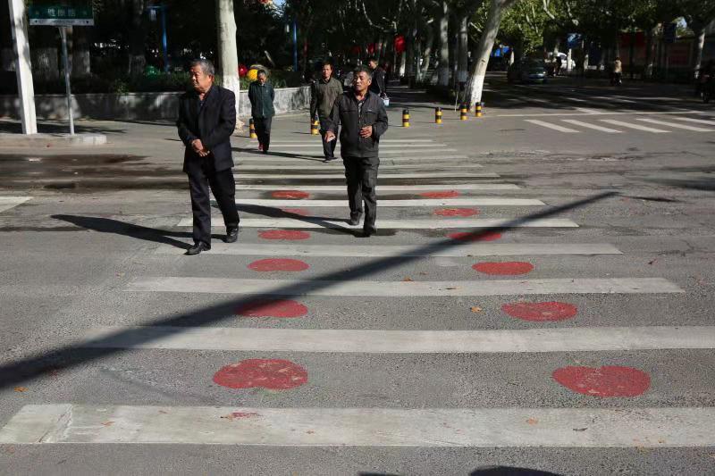 斑马线上彩绘红苹果!淄博沂源加强交通警示,提醒文明出行