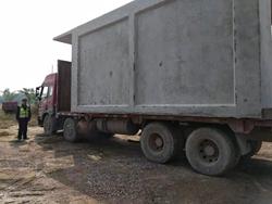 """吓人!大货车私自改装拉了间""""房子"""" 连安全措施都没有"""