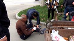 47秒|聊城冠县一老人骑车晕倒头部触地,过往市民上演暖心一幕