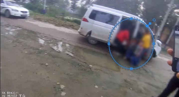 39秒|莘县网友举报幼儿园使用黑校车,交警果断出击,超载100%以上