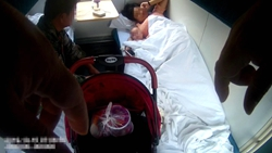 50秒丨女子产后抑郁发作险些闷死婴儿,铁警、列车长夜间轮番看护