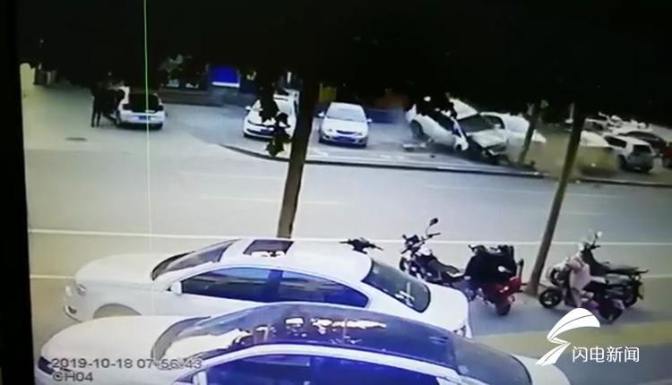突发!山东淄博一轿车失控撞上大树