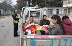 太危险!聊城莘县这辆三轮车违法载人,其中还有一名需送医的病人