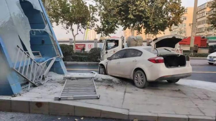 23秒丨济南一辆白色轿车横撞BRT站台 站台玻璃被撞粉碎 无人员伤亡
