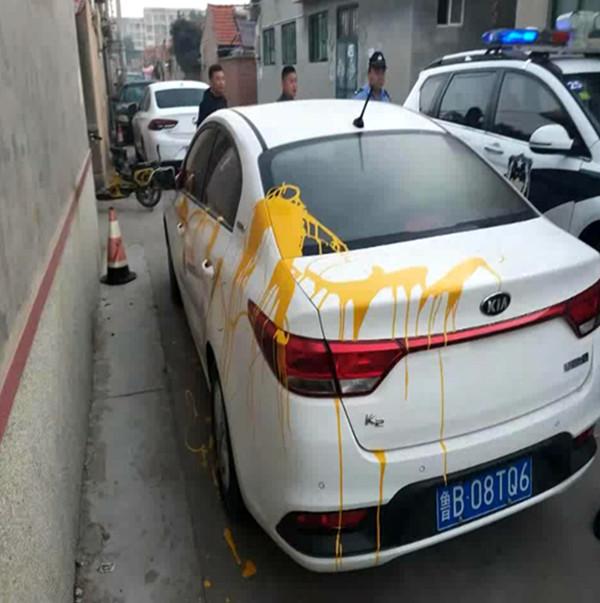 """白车泼上黄油漆两车主无辜""""躺枪"""" 原来是一场""""乌龙"""""""