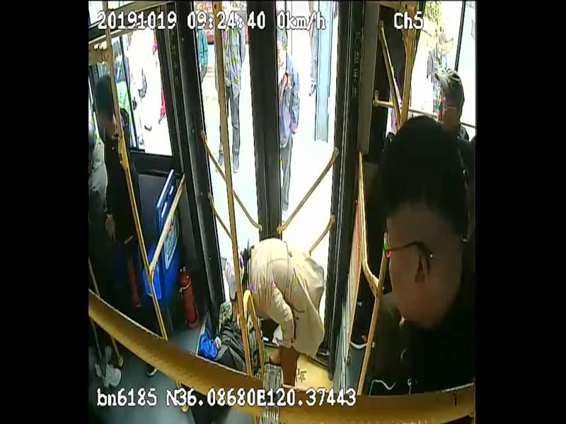 51秒丨为她点赞!青岛公交车上她主动扶起晕倒老人,默默清理了呕吐物