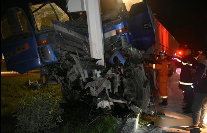 45秒|济宁一重型半挂货车与限高杆相撞后失控继续行驶 结果…