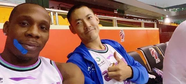 山东男篮全队拍摄新赛季官方写真  哈德森身穿新队服帅气亮相