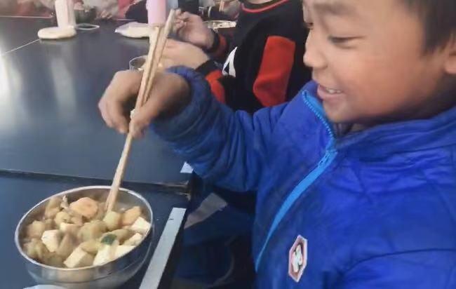 60秒丨为让山村学校孩子们吃好饭,济南这位七旬老奶奶自愿当起了厨师